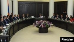 Armenia - Prime Minister Karen Karapetian holds a cabinet meeting in Yerevan, 29Sep2016.