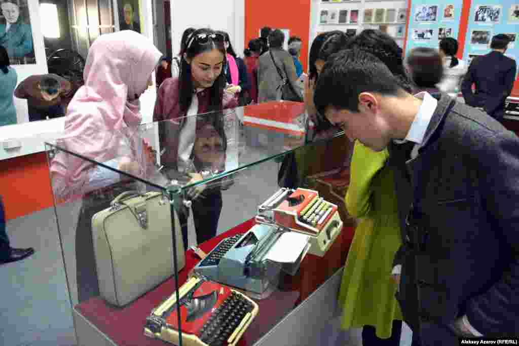 С интересом молодые посетители выставки рассматривали основныерабочие инструменты писателей прошлого века – пишущие машинки.