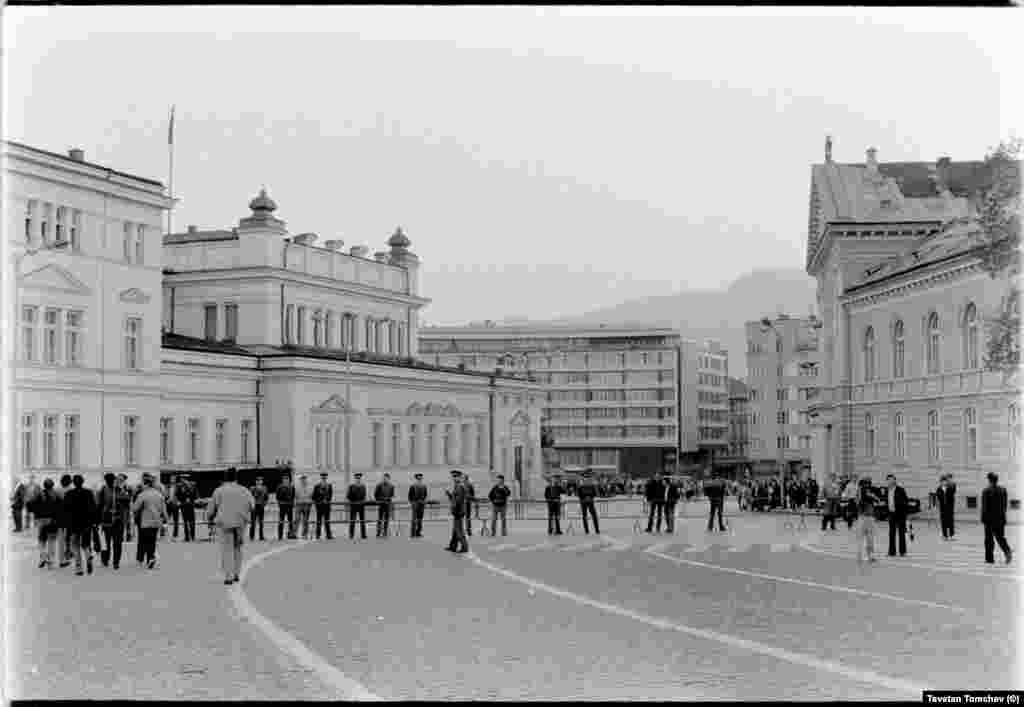 Районът е отцепен, няма достъп до централния вход на парламента.