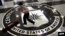 Sigla CIA la intrarea în cartierul general din Langley, Virginia, Statele Unite al Americii