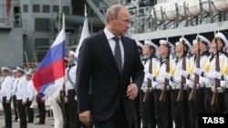 Ռուսաստանի նախագահ Վլադիմիր Պուտինին Նովոռոսիյսկի նավահանգստում ողջունում է «Փոխծովակալ Կուլակով» ռազմանավի անձնակազմը, 23-ը սեպտեմբերի, 2014թ.