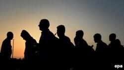 Люди, що перетнули Грецько-Македонський кордон, перед входом у тимчасовий табір для біженців, Македонія, 17 вересня 2015 року