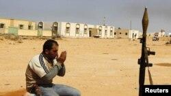 Либиядә гыйсьянчы юл буенда намаз укый