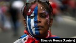 """Кубинская эмигрантка из США не считает свою родину """"Островом свободы"""", напротив, участвует в демонстрации в защиту прав человека. Фото 2021 года"""