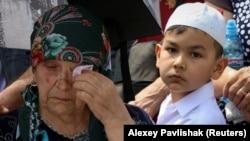 Sürgünlikniñ 75 yıllığına bağışlanğan matem tedbirinde. Qırım, Bağçasaray rayonı, Süyren köyü, 2019 yılı, mayıs 18
