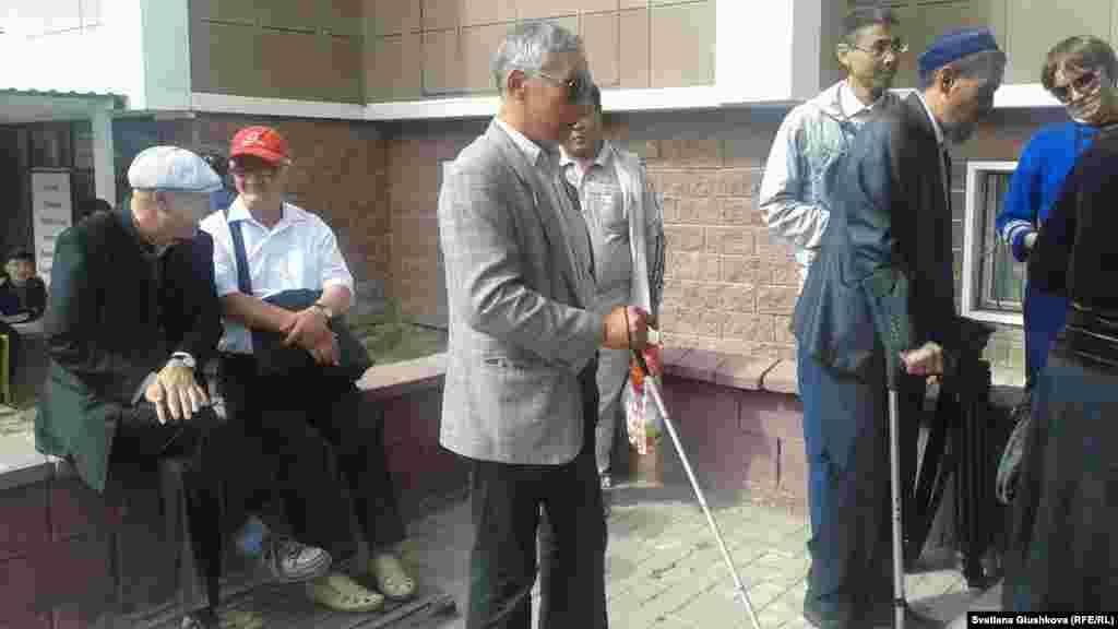 Более 20 человек из Казахского общества слепых приехали 5 сентября в Астану из разных регионов страны, чтобы передать свою жалобу президенту Казахстана Нурсултану Назарбаеву. Незрячие просят вмешательства и помощи от Назарбаева в своем давнем конфликте внутри общества слепых.