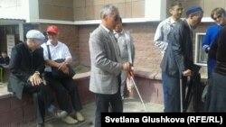 Незрячие приехали в Астану для передачи письма Назарбаеву с просьбой вмешаться в конфликт внутри общества слепых. 5 сентября 2014 года.