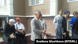 Представители общества слепых проводят свою акцию в Астане. 5 сентября 2014 года.