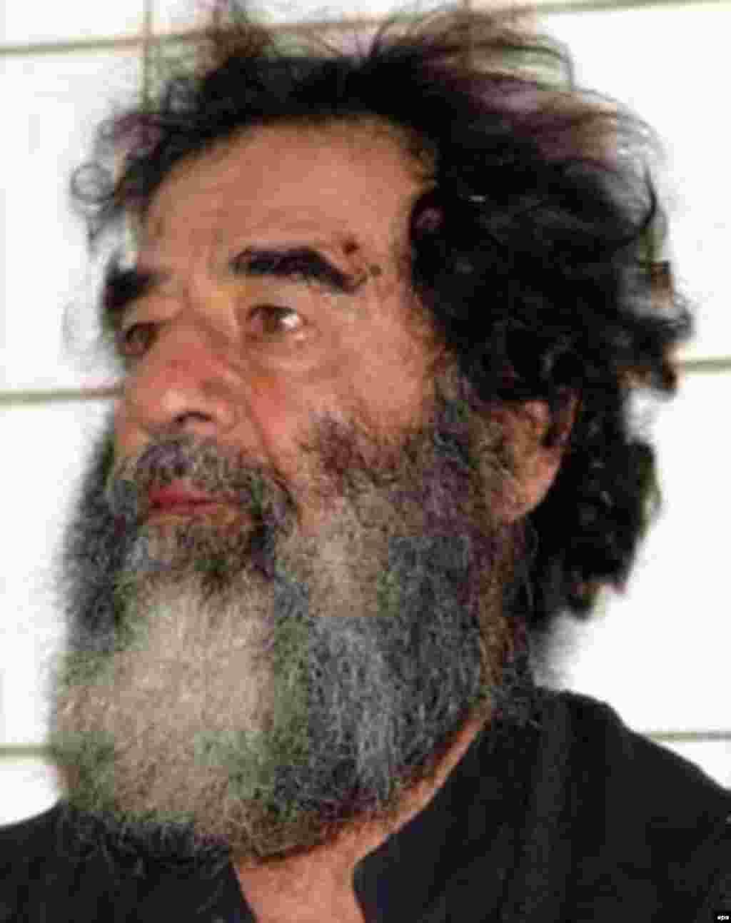 """Iraq -- Saddam Hussein shortly after his capture on 14Dec2006 - Säddam Xösäyen 2003neñ 13 Dikäberendä qulğa alınğannan soñ. Soraw alu waqıtında ul """"min qatı qullı, läkin ğädel citäkçe idem"""" digän. (epa)"""