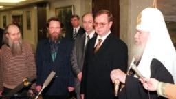 Оьрсийчоьнан премьер-министр Степашин Сергей а (аьрро агIорхьара шолгIа), Оьрсийчоьнан православин килсан Патриарх Алексий II-гIа а (аьтто агIорхьара) Нохчийчохь йийсарера дIахецначу мозгIаршца