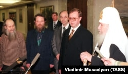 Председатель правительства РФ Сергей Степашин (второй справа) и Патриарх Московский и всея Руси Алексий II встретились с освобожденными из чеченского плена священниками, май 1999 года