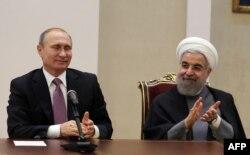 Президент Росії Володимир Путін (ліворуч) та президент Ірану Хассан Рухані у Тегерані. Листопад 2015 року