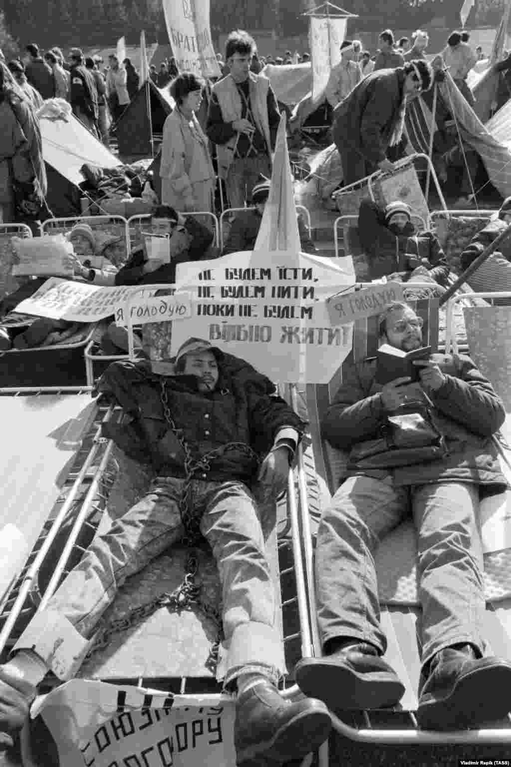 Символічні кайдани на одному з учасників політичного голодування