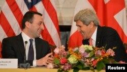 Спілкування прем'єр-міністра Грузії Іраклі Ґарібашвілі (ліворуч) і держсекретаря США Джона Керрі, Вашингтон, 26 лютого 2014 року