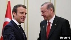 اردوغان و مکرون در این تصویر در ماه مه سال ۲۰۱۷ در بروکسل