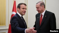 French President Emmanuel Macron (left) and Turkish President Recep Tayyip Erdogan in Brussels in 2017