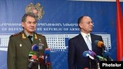Ռուսաստանի եւ Հայաստանի պաշտպանության նախարարներ Սերգեյ Շոյգուն եւ Սեյրան Օհանյանը համատեղ մամուլի ասուլիսում: