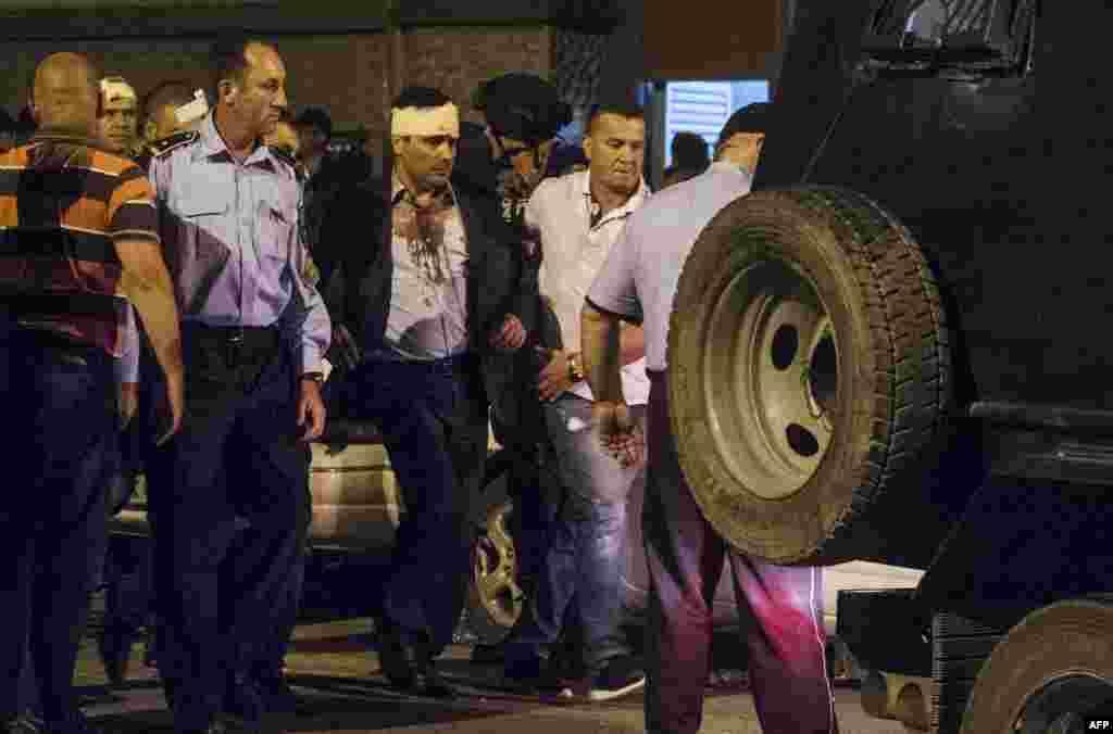 МАКЕДОНИЈА - Пет лица обвинети за насилствата во Собранието на Македонија на 27 април минатата година, повторно се приведени и пренесени во Истражниот затвор Скопје, по налог на Кривичниот суд, потврдиле за МИА од МВР.