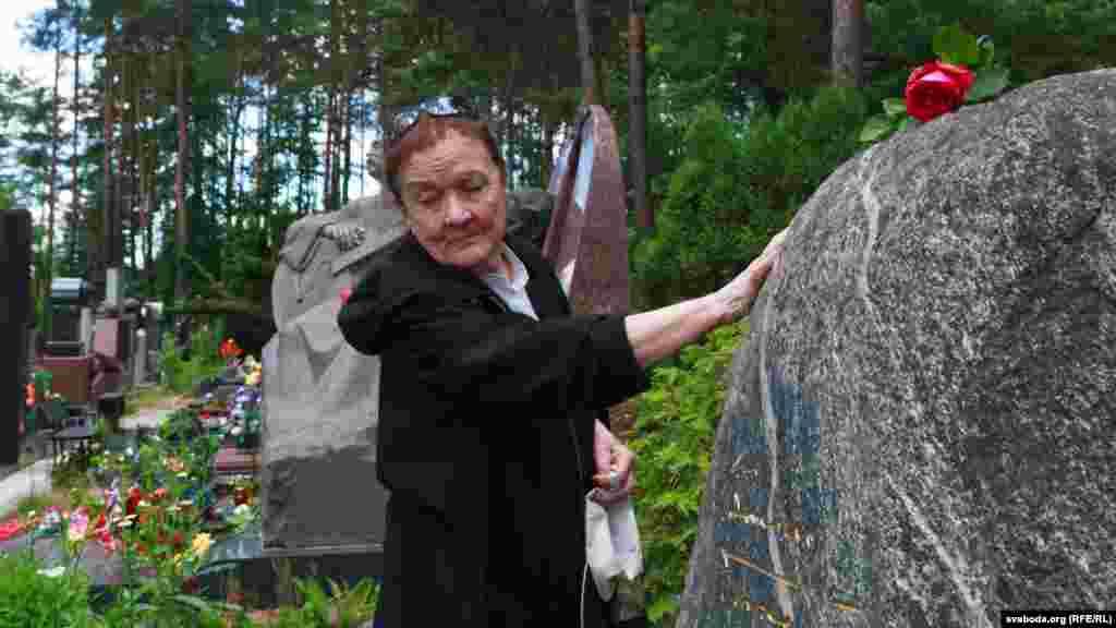 Ірына Міхайлаўна Быкава на магіле свайго мужа Васіля Быкава