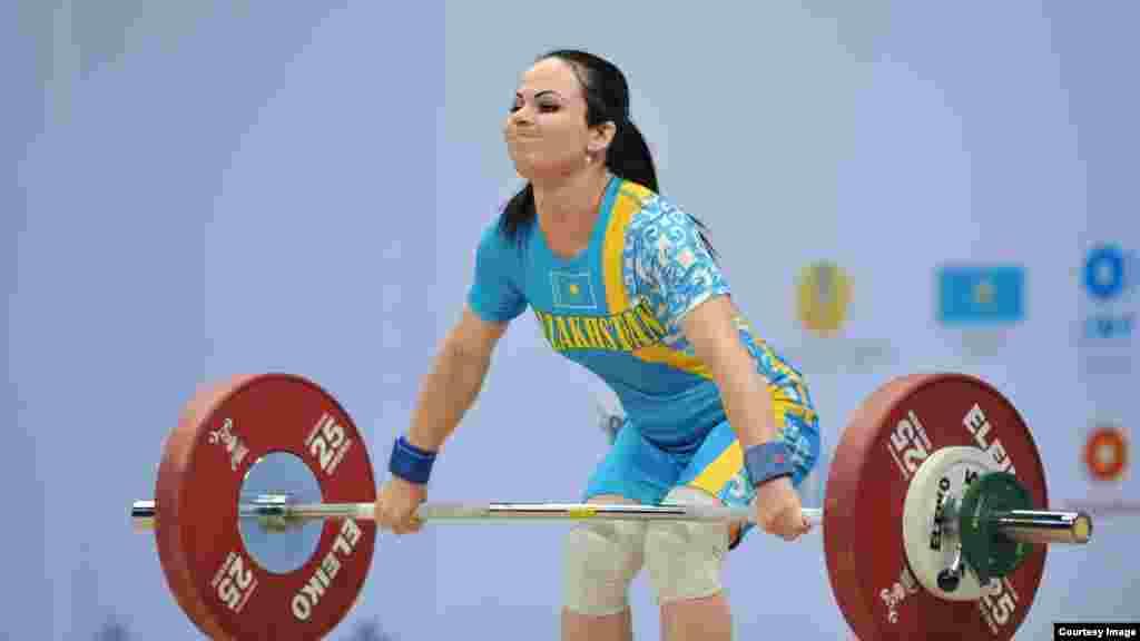 Маргарита Елисеева не смогла поднять штангу с заявленным весом 82 килограмма. Алматы, 9 ноября 2014 года. .