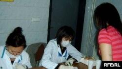 В Евразийском университете имени Гумилева идет добровольный тест на наркозависимость. Астана, 11 сентября 2008 года.