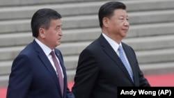 Қырғызстан президенті Сооронбай Жээнбеков (сол жақта) пен Қытай төрағасы Си Цзиньпиннің кездесуі. Пекин, 6 маусым 2018 жыл.