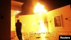 Өртеніп жатқан АҚШ елшілігі. Бенгази, Ливия, 11 қыркүйек 2012 жыл.