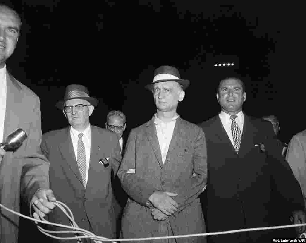 Рудольф Абель (в центрі) був заарештований в серпні 1957 року і пізніше засуджений за те, що був радянським шпигуном. Абель жив 9 років у Брукліні та Нью-Йорку, де він вдавав із себе художника. 10 лютого 1962 року Абеля таємно обміняли на Пауерса на мосту Глініке між Західним Берліном і Потсдамом
