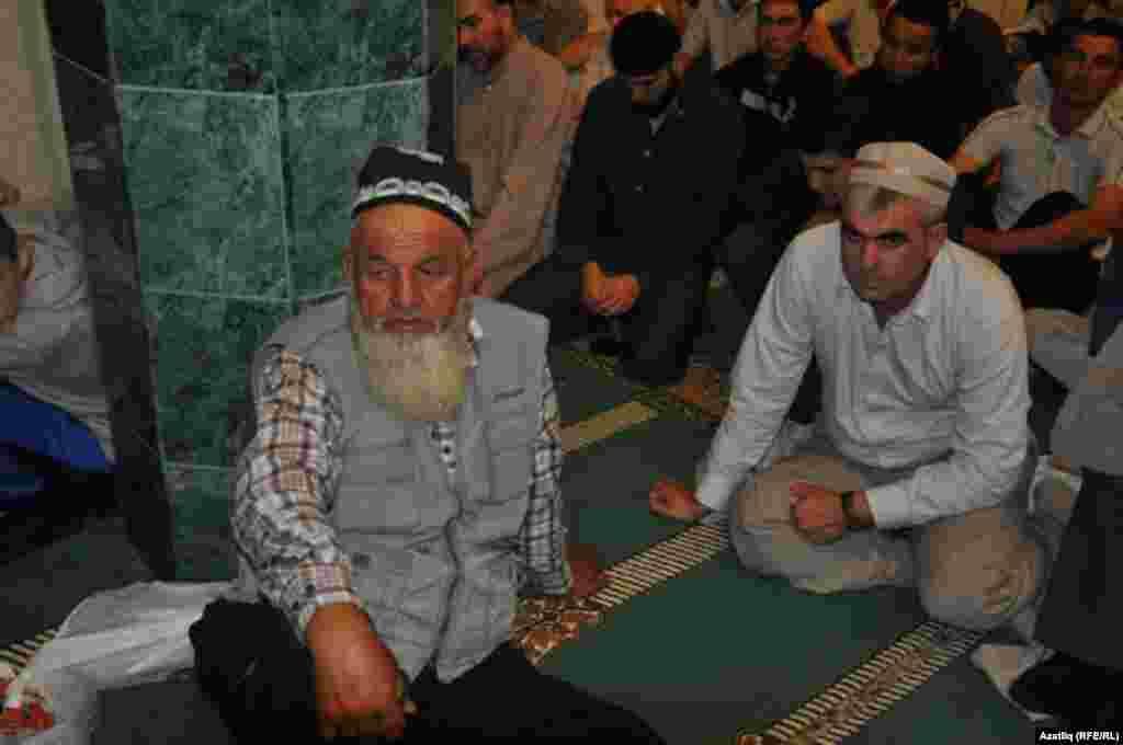 Урта Азиядән килгән үзенчәлекле сакаллы мөселманнар бәйрәмне бизәделәр.