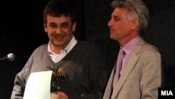 Писателот Александар Прокопиев ја доби книжевната награда Балканика за 2012 година. На фотографијата е со претседателот на жирито Ендрју Вахтел.