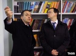 """Бывший директор """"Публички"""" Антон Лихоманов (слева) и министр культуры Владимир Мединский. Ноябрь 2012 года"""