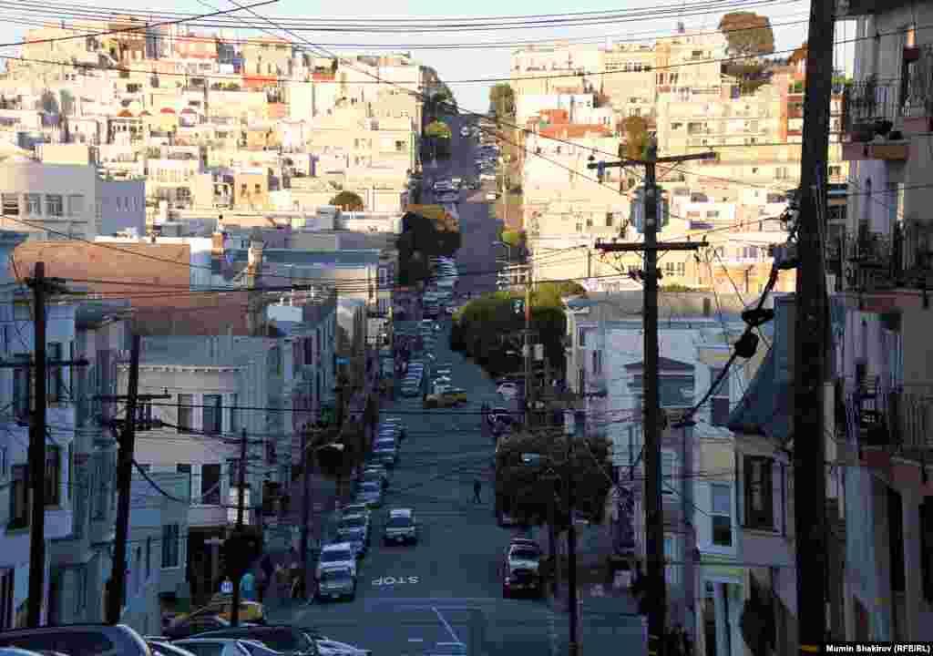 Эта улица ведет к побережью и к заливу.