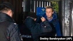 Алексей Навальныйды 30 күндүк камактан чыгар замат полиция кармап жаткан учур. 24-сентябрь, 2018-жыл