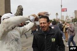 Демонстрантові, потерпілому від подразливого газу біля площі Тахрір, промивають очі, 28 січня 2013 року