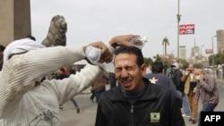 Постраждалому від подразливого газу промивають очі водою, Каїр, 28 січня 2013 року