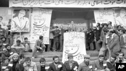 1979 წლის 9 თებერვალს. მეჰდი ბაზარგანი თეირანის უნივერსიტეტში სიტყვით გამოდის, ის ირანის მთავრობის ახალ ლიდერად დაასახელეს. მეჰდი ბაზარგანი პირობას დებს, რომ ალაჰს დაუბრუნებს ირანული ცხოვრების ყველა ასპექტს, გააცოცხლებს ეკონომიკას, დანიშნავს თავისუფალ არჩევნებს და გადადგება, რათა გაუთავისუფლოს გზა ისლამურ რეჟიმს.