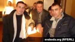 Актывісты БХД Алесь Чаркашын (зьлева) і Зьміцер Шурхай у залі суду