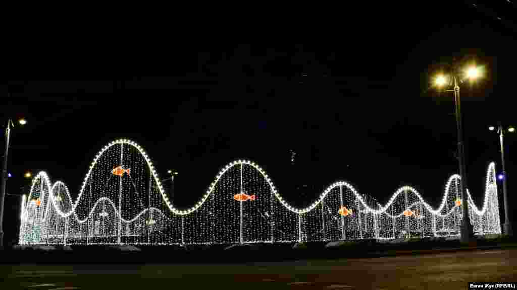 Нова світлова «огорожа» у вигляді хвиль навколо транспортного кільця на площі Ушакова