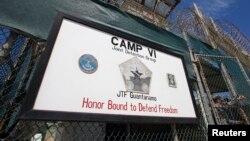 Ворота тюрьмы на военно-морской базе Гуантанамо. Куба, март 2013 года.
