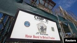 Гуантанамо түрмесінің қақпасындағы жазу. 5 наурыз 2013 жыл.