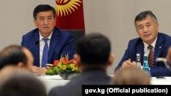 Cүрөттө президент Сооронбай Жээнбеков жана элчи Ибрагим Жунусов.