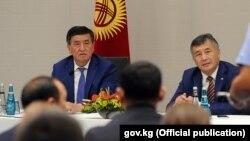 Сооронбай Жээнбеков на посту премьер-министра КР и посол КР в Турции Ибрагим Жунусов. Архивное фото.