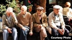 Старики-пенсионеры, греющиеся на весеннем солнце. Архивно-иллюстративное фото
