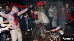 Tiranë: Të rinjtë djegin flamurin serb.