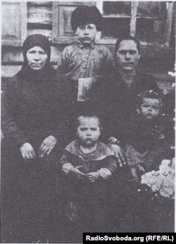 Рідкісне фото: малий Федір (в центрі) з матір`ю, сестрою та її дітьми