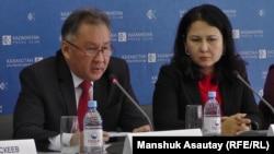 Берик Казбеков (слева), президент Союза пивоваров Казахстана, и Алия Мамытбаева, исполнительный директор Ассоциации производителей безалкогольных напитков и соков, на пресс-конференции в Алматы. 7 сентября 2015 года.
