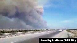 Облако дыма над горящим складом боеприпасов в Азербайджане. 27 августа 2017 года.