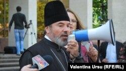 Episcopul Marchel la un protest împotriva legii egalității de şanse în fața Parlamentului, 25.05.2012.