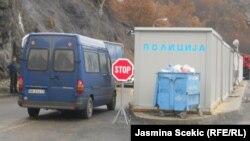 Policajci na granici nemaju dovoljno činjenica koje bi dali građanima zašto ne mogu da pređu (na fotografiji prelaz Jarinje na severu)