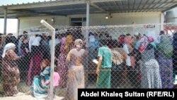 Refugiați sirieni într-un lagăr de tranzit